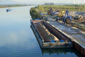 Naviguation fluviale, site industriel et portuaire de Salaise-Sablons, Isere (38), France