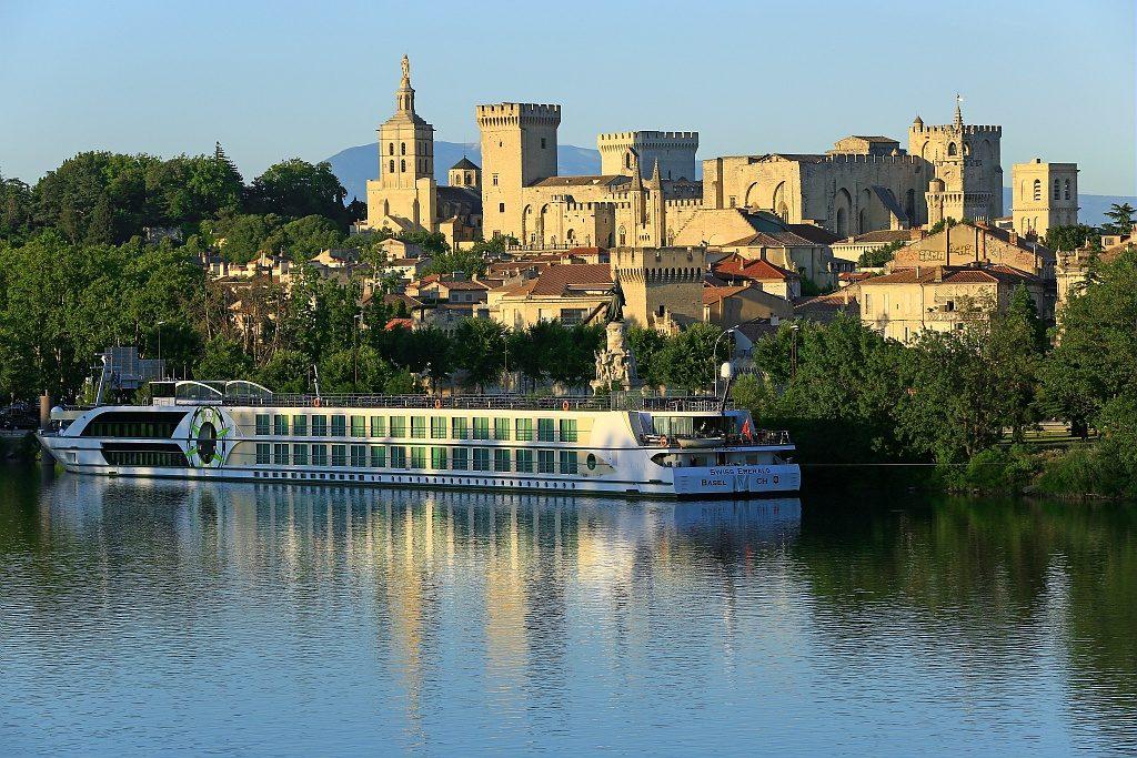 France, Vaucluse (84), Avignon, la cathedrale des Doms (XIIe siecle) et le Palais des Papes (XIVe) classes Patrimoine mondial de l'Unesco, halte fluviale, bateau de croisiere sur le Rhone