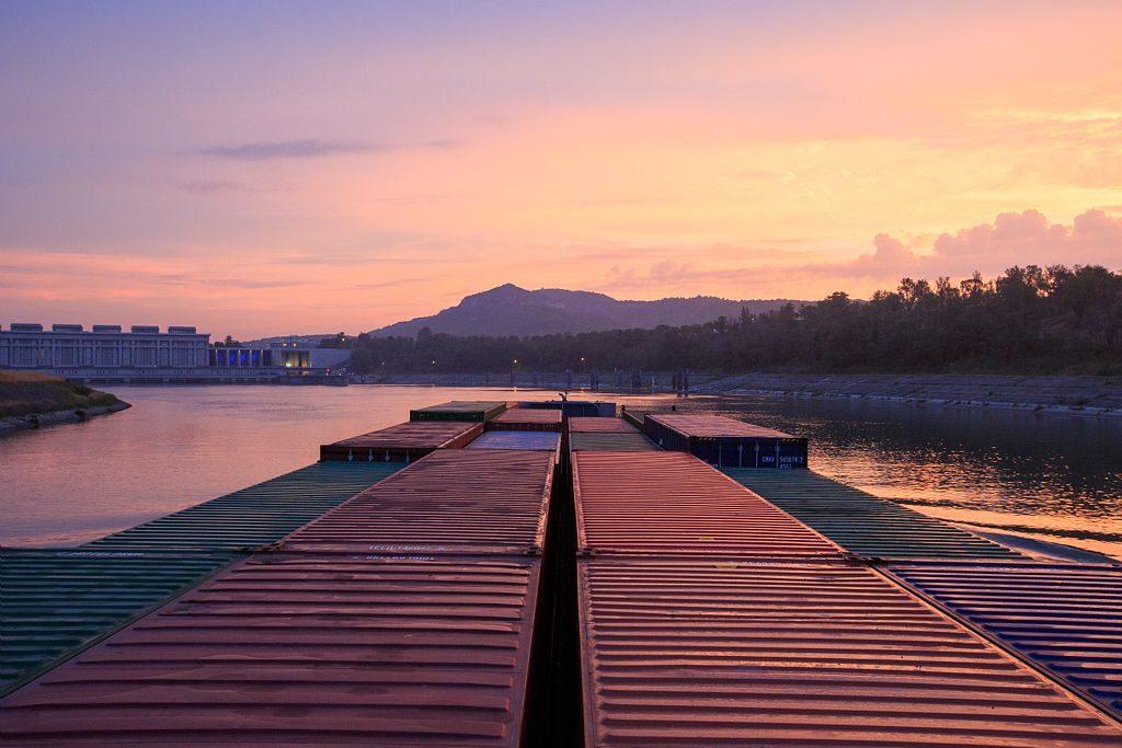France, Vaucluse (84), Bollene, Centrale et ecluse de Bollene sur le Canal Donzere Mondragon, barge porte conteneurs et le pousseur Conquerant (CFT)