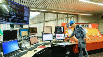 France, Isere (38), Reventin Vaugris, Barrage Centrale et ecluse de Vaugris, equipe de maintenance, salle de commande