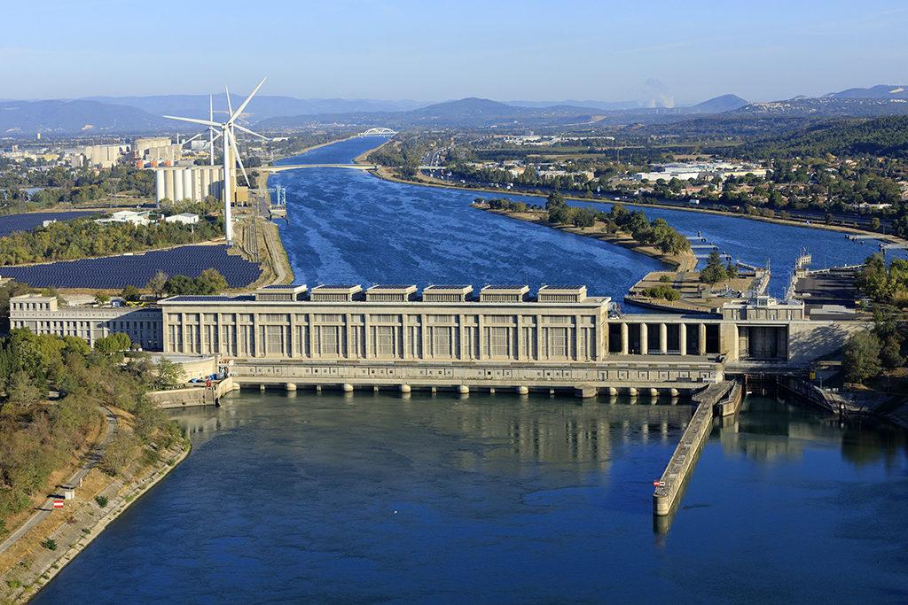 France, Vaucluse (84), Bollene, Centrale ecluse sur le Canal Donzere Mondragon, Parc eolien sur le site industrialo portuaire (vue aerienne)