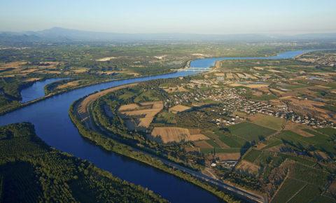 France, Vaucluse (84), vers Caderousse, le Rhone, ile de la Piboulette a gauche, au fond le mont Ventoux (vue aerienne)