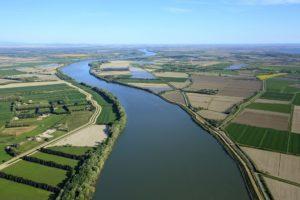 France, Bouches du Rhone (13), parc naturel regional de Camargue, Arles, Petit Plan du Bourg, culture du riz, irrigation gravitaire (vue aerienne)